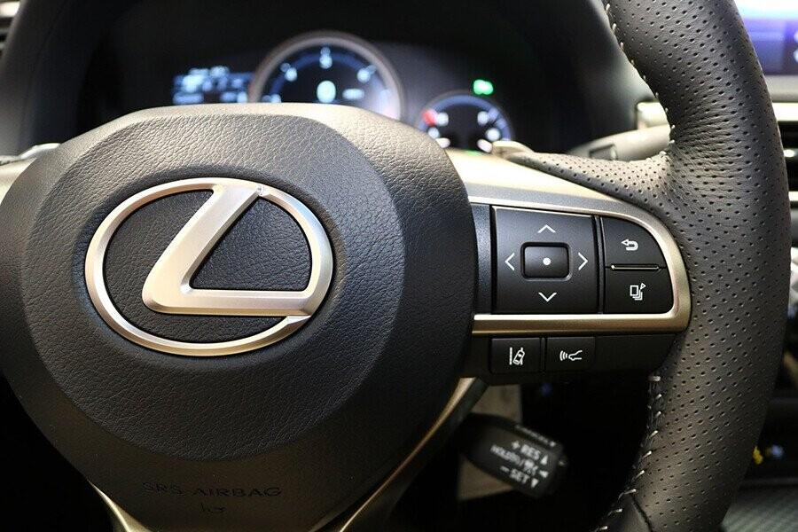 Nút điều khiển tích hợp tay lái giúp người lái dễ dàng vận hành