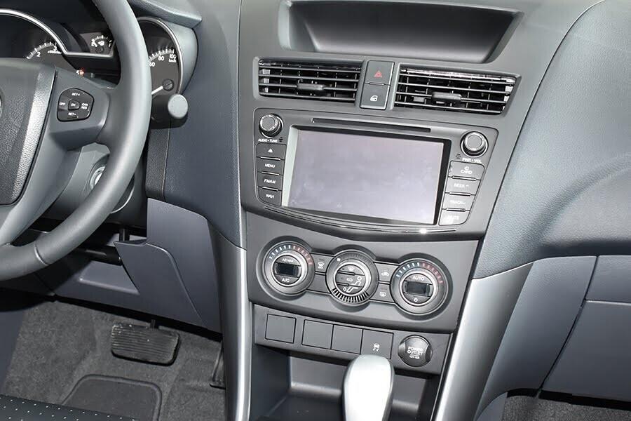 Bảng điều khiển trung tâm được thiết kế khá hiện đại với các chi tiết nút bấm và núm xoay