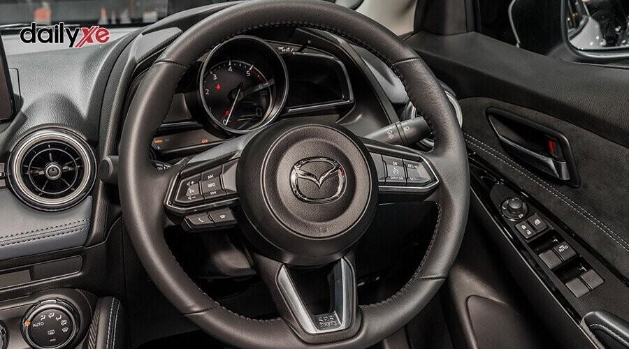 Vô lăng xe tích hợp nút điều chỉnh âm thanh. Xe còn được trang bị nút bấm khởi động