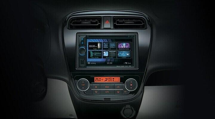 Xe được trang bị hệ thống giải trí CD-MP3 cùng màn hình cảm ứng và 4 loa