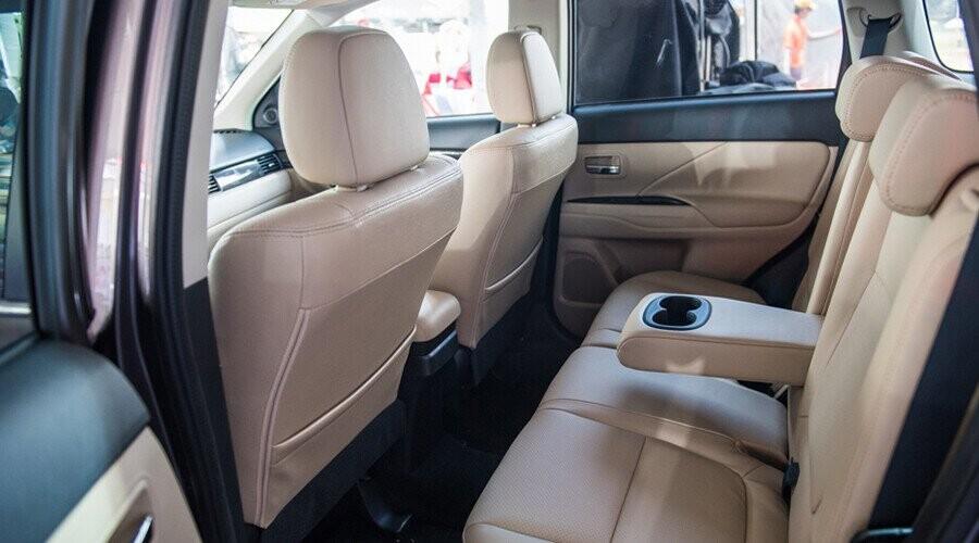 Mitsubishi Outlander hàng ghế sau rộng rãi