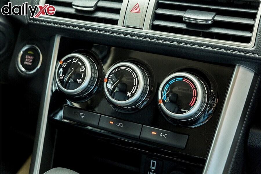 Hệ thống điều hóa 2 giàn lạnh cùng với 4 cửa gió trên trần xe sẽ phân bố hơi lạnh đều đến các hàng ghế sau