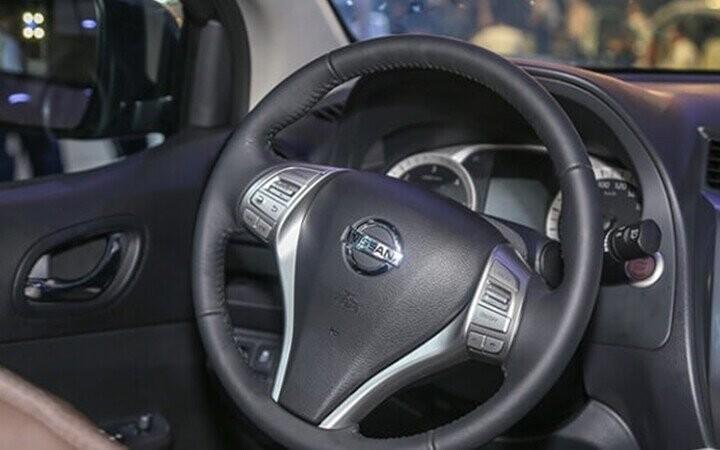 Vô lăng có thiết kế đặc trưng của hãng Nissan mang tới cảm giác chắc chắn