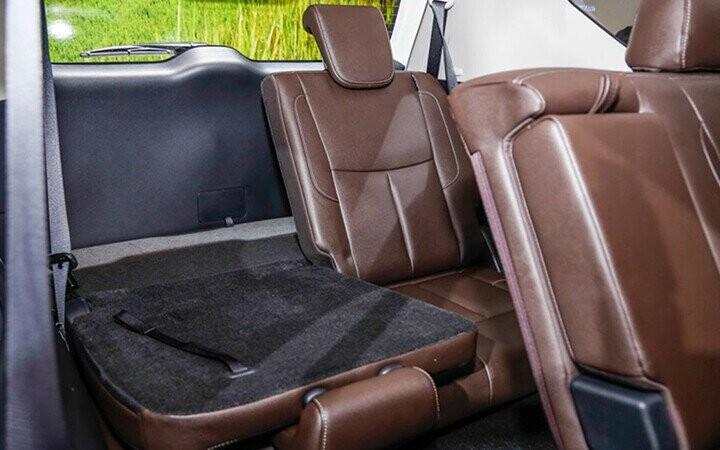Nội thất Nissan Terra có thiết kế khá thông minh với ba hàng ghế được xếp tầng