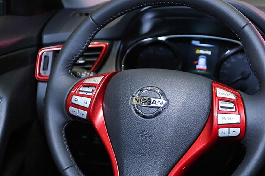 Vô lăng 3 chấu với phím điều khiển tích hợp hệ thống đàm thoại rảnh tay bluetooth
