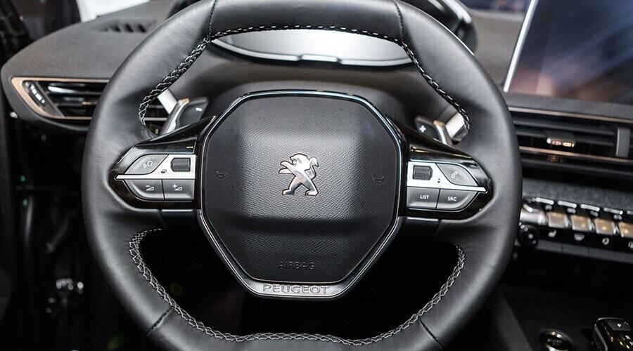Vô lăng Peugeot 5008 bọc da sang trọng