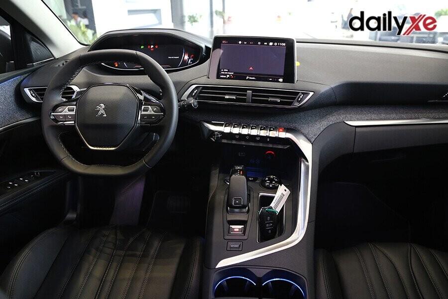 Vô lăng nhỏ gọn tinh tế được tích hợp các nút bấm, hộp số điện tử tự động cung cấp trải nghiệm lái xe độc đáo, đầy cuốn hút