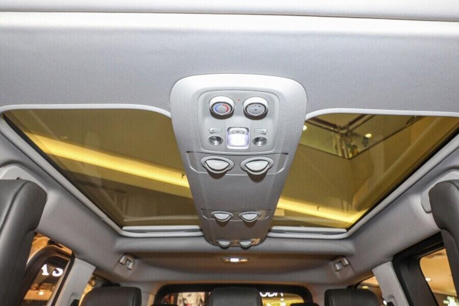 Xe được trang bị đến 2 cửa sổ trời toàn cảnh Panoramic