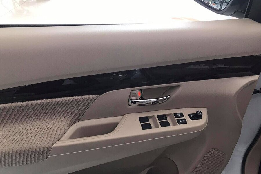 Nút điều khiển tích hợp trên hông cửa