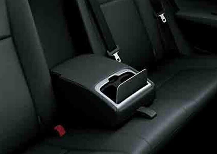 Hàng ghế sau được trang bị tựa tay mang đến sự thoải mái cho hành khách