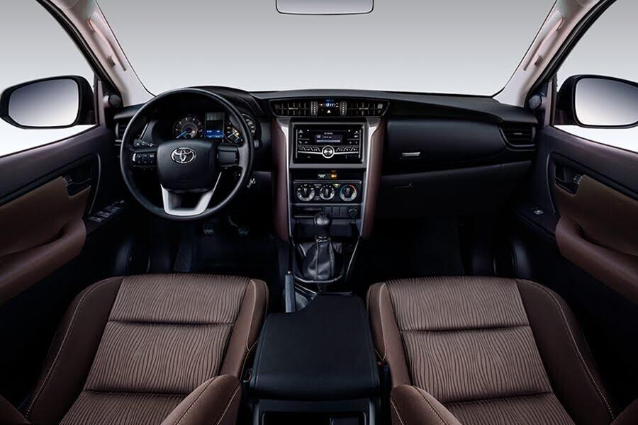 Nội thất Toyota Fortuner 2.4G 4x2 MT - Hình 1