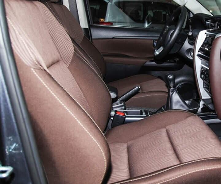 Nội thất Toyota Fortuner 2.4G 4x2 MT - Hình 3