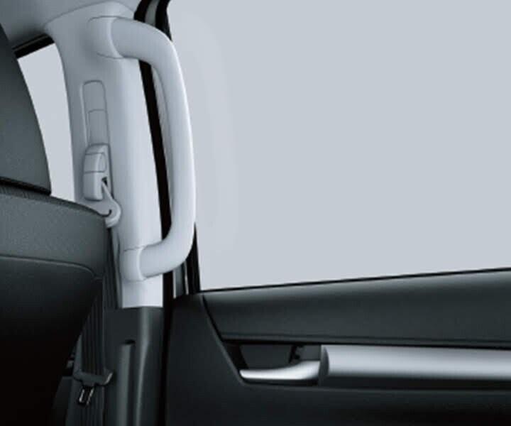 Tay nắm hỗ trợ được trang bị ngay trên các cột trụ giúp việc lên xuống xe dễ dàng và an toàn