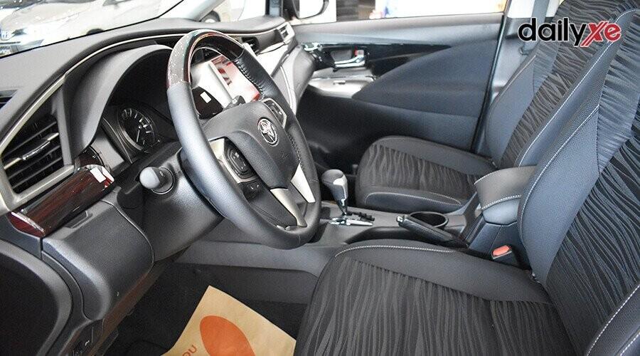 Nội thất Toyota Innova Venturer với tông màu đen