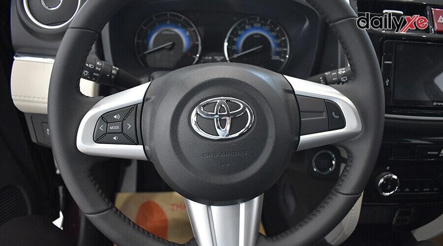 Tay lái 3 chấu tích hợp các phím điều khiển hệ thống âm thanh và đàm thoại rảnh tay