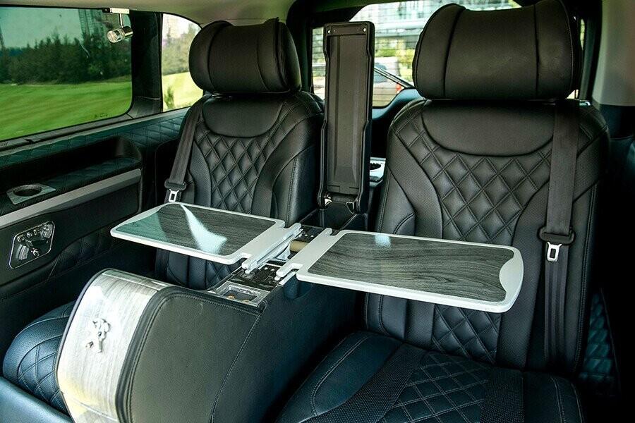 Ghế ngồi đều được bọc da với tone màu xám tạo không khí ấm áp và cực kỳ sang trọng