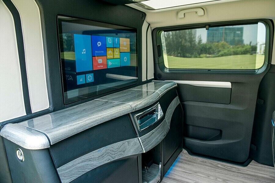 Màn hình giải trí 32 inch tại vị trí hàng ghế sau