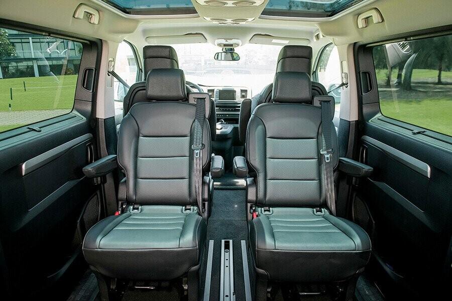 Ghế bọc da trên bản Premium có độ êm ái và đàn hồi cực tốt