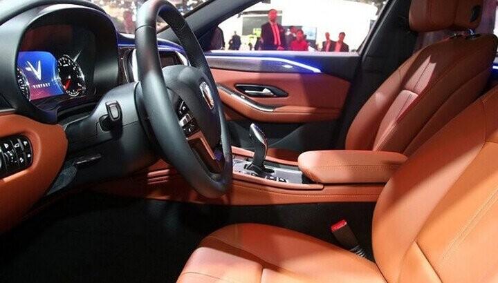 Nội thất xe sử dụng tông màu cam pha xám đen vừa nổi bật, vừa ấm áp