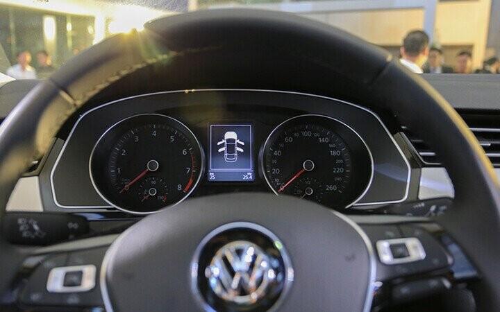 Đồng hồ hiển thị thời gian Analog nằm phía trên màn hình trung tâm