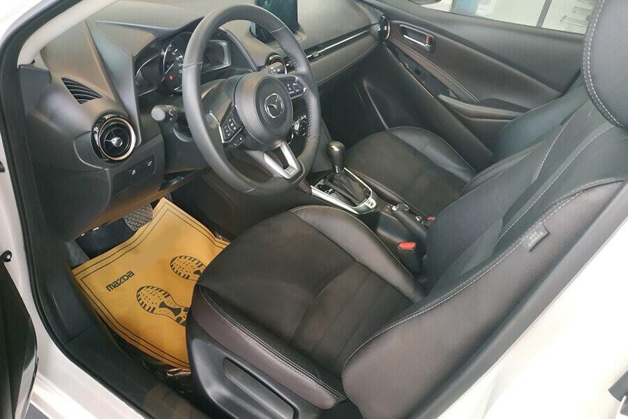 Ghế xe bọc nỉ gam màu đen tạo sự thoải mái
