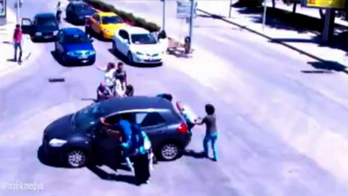 Nữ tài xế gây ra vụ tai nạn khó hiểu nhất hành tinh - Hình 1