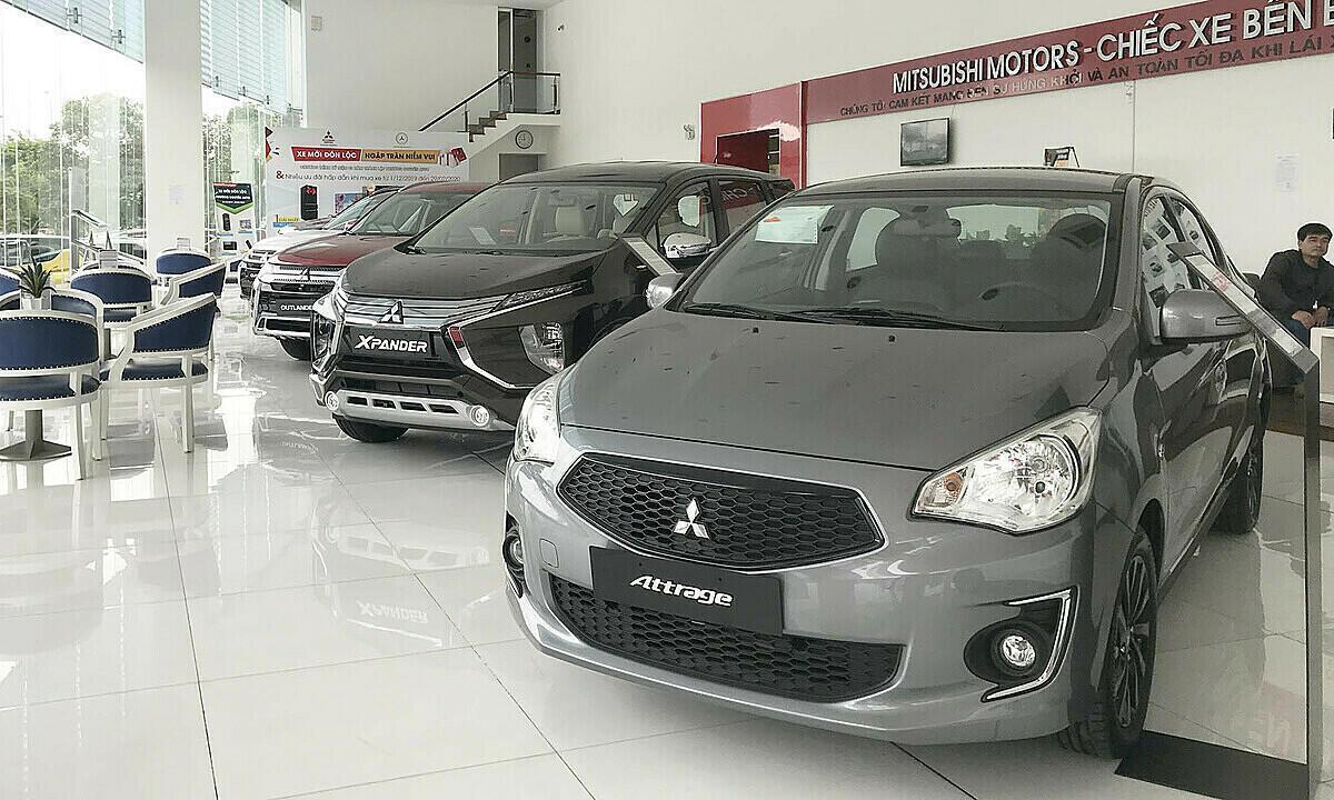 Xe hơi trưng bày ở một đại lý Mitsubishi thuộc quận Bình Tân.  data-natural-h=