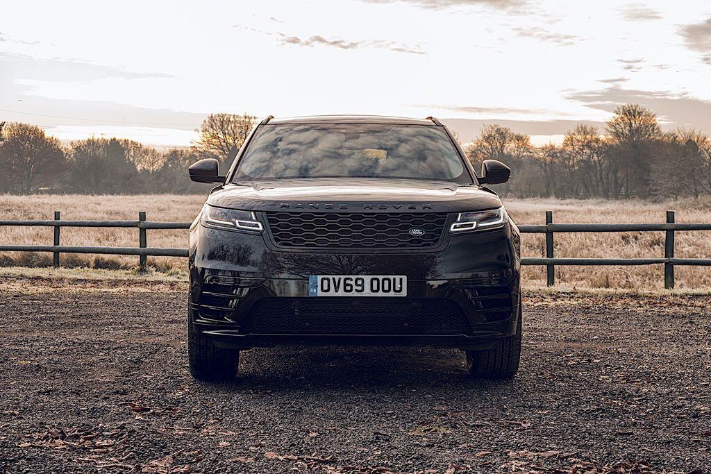 ranger-rover-go-cua-giang-sinh-voi-suv-velar-r-dynamic-black-so-luong-cuc-it