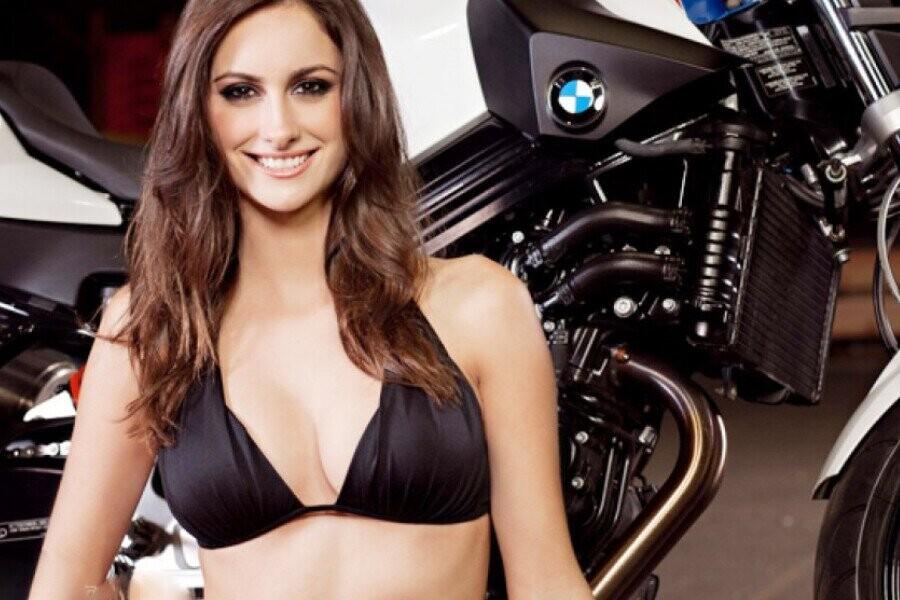 Siêu mẫu nội y tạo dáng đầy quyến rũ bên môtô BMW F800R - Hình 15