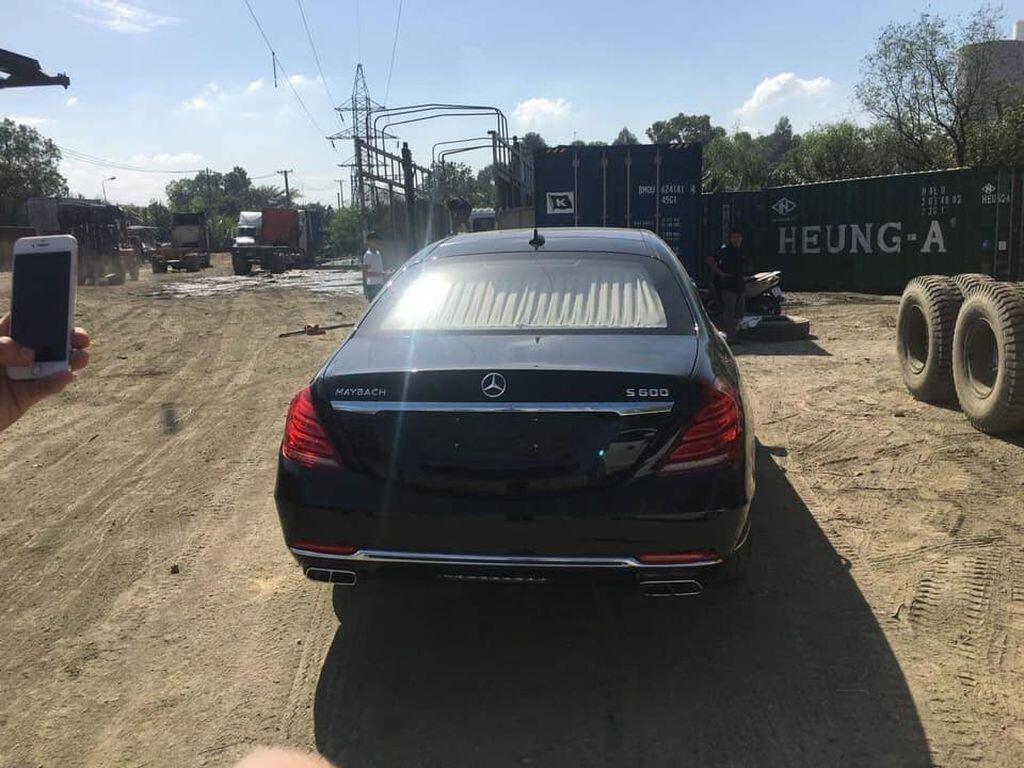 Siêu phẩm Mercedes-Maybach S600 Pullman thứ hai cập bến Việt Nam - Hình 1