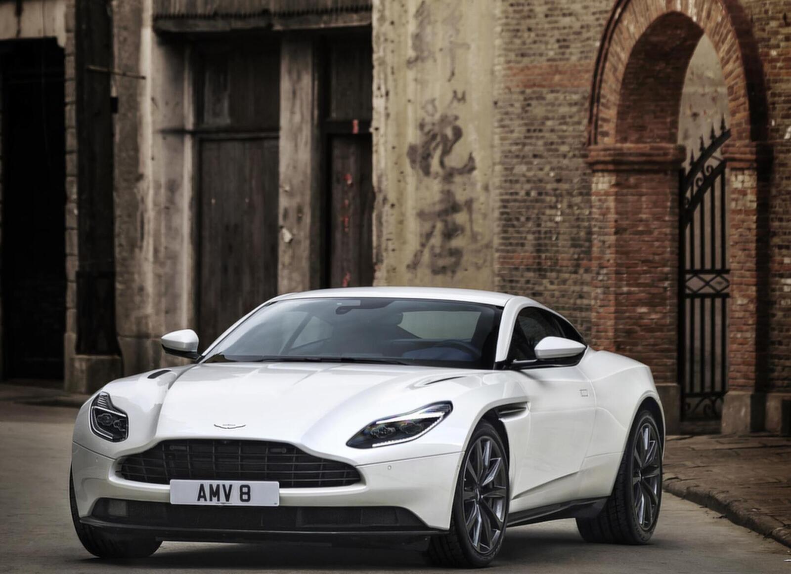 Siêu xe Aston Martin DB11 về Việt Nam; xe nhập chính hãng - Hình 10