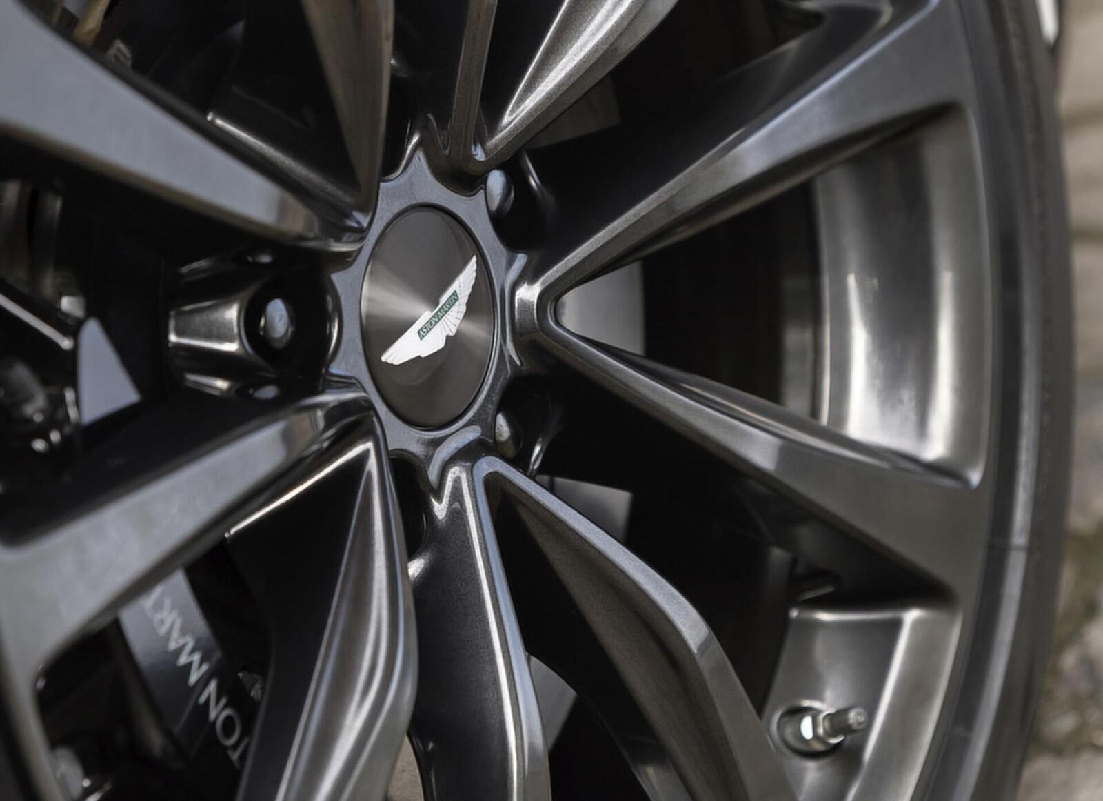 Siêu xe Aston Martin DB11 về Việt Nam; xe nhập chính hãng - Hình 14