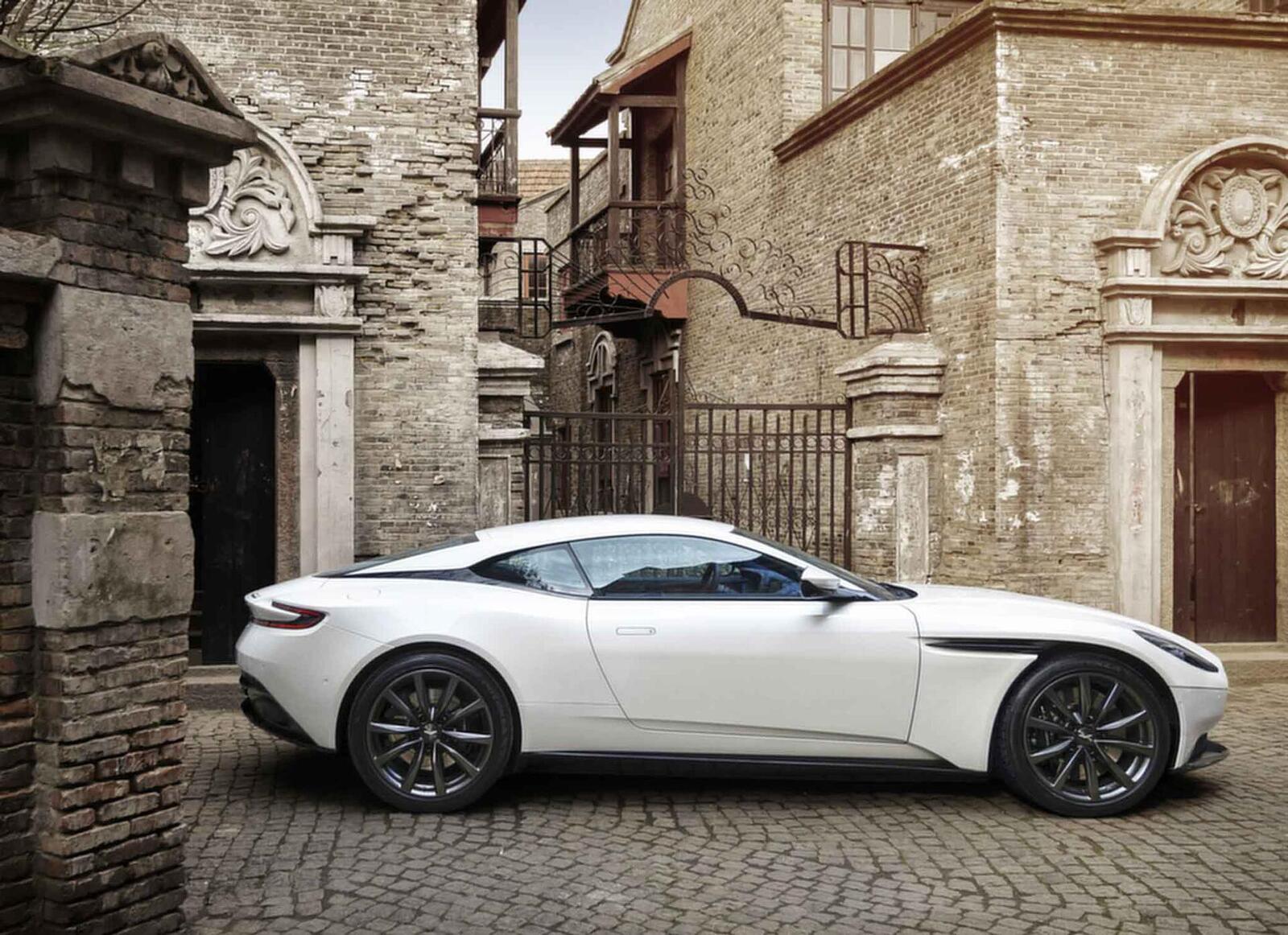 Siêu xe Aston Martin DB11 về Việt Nam; xe nhập chính hãng - Hình 7