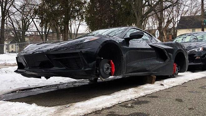 sieu-xe-binh-dan-chevrolet-corvette-c8-bi-trom-tron-ca-4-banh-xe-3.jpg