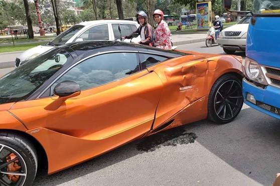 sieu-xe-mclaren-720s-va-cham-voi-xe-buyt-hong-xe-mop-meo-2(1).jpg
