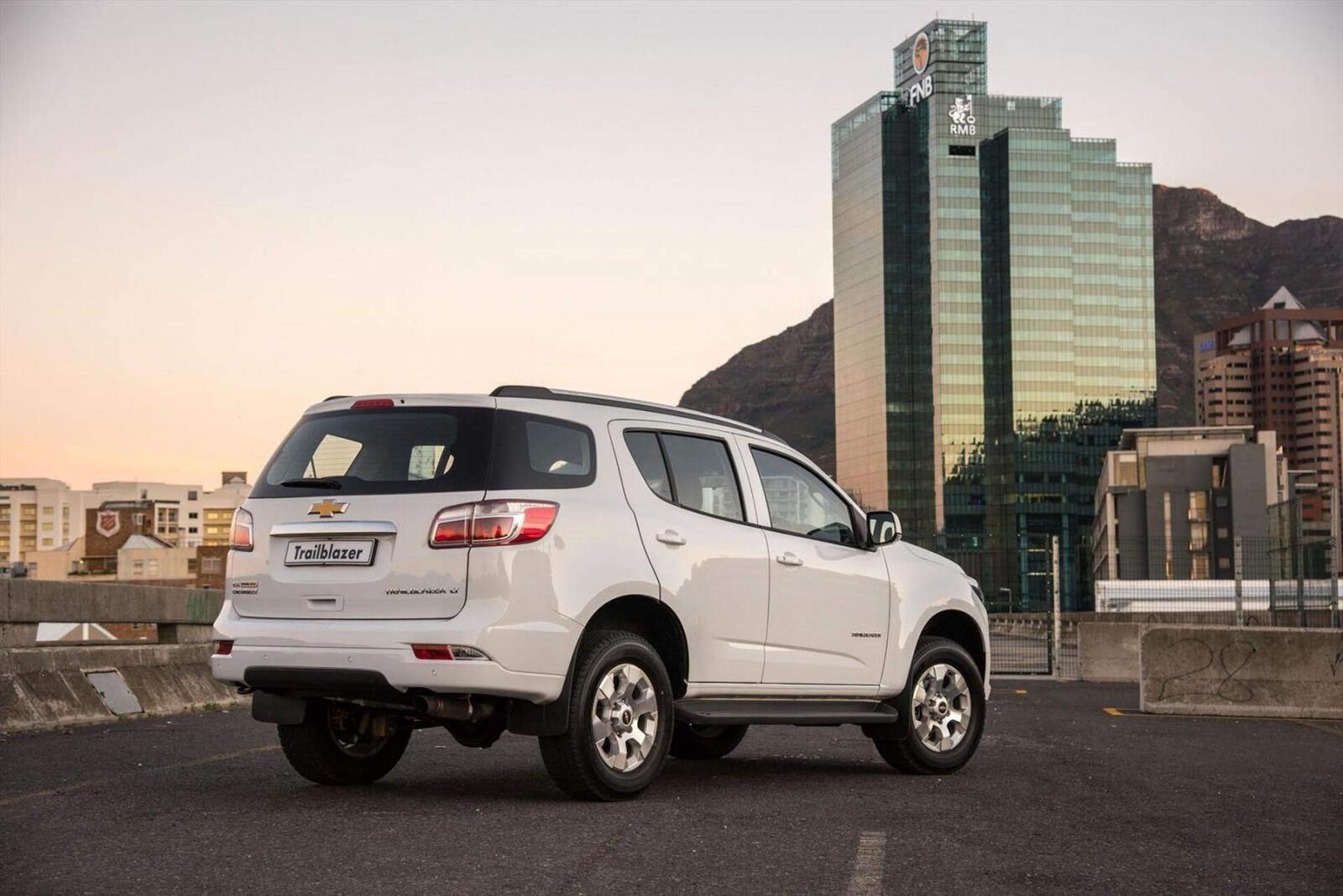 So sánh thông số: Toyota Fortuner và Chevrolet Trailblazer phiên bản thấp nhất - Hình 21