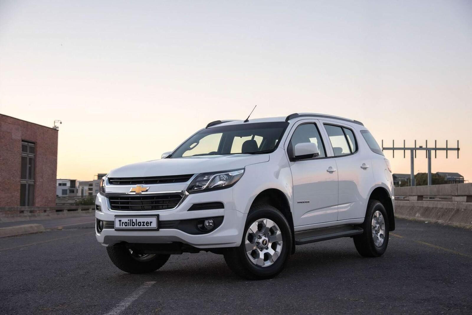 So sánh thông số: Toyota Fortuner và Chevrolet Trailblazer phiên bản thấp nhất - Hình 22