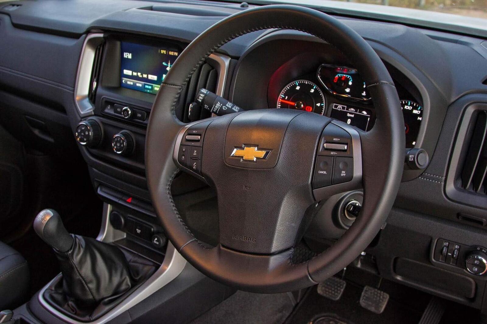 So sánh thông số: Toyota Fortuner và Chevrolet Trailblazer phiên bản thấp nhất - Hình 27
