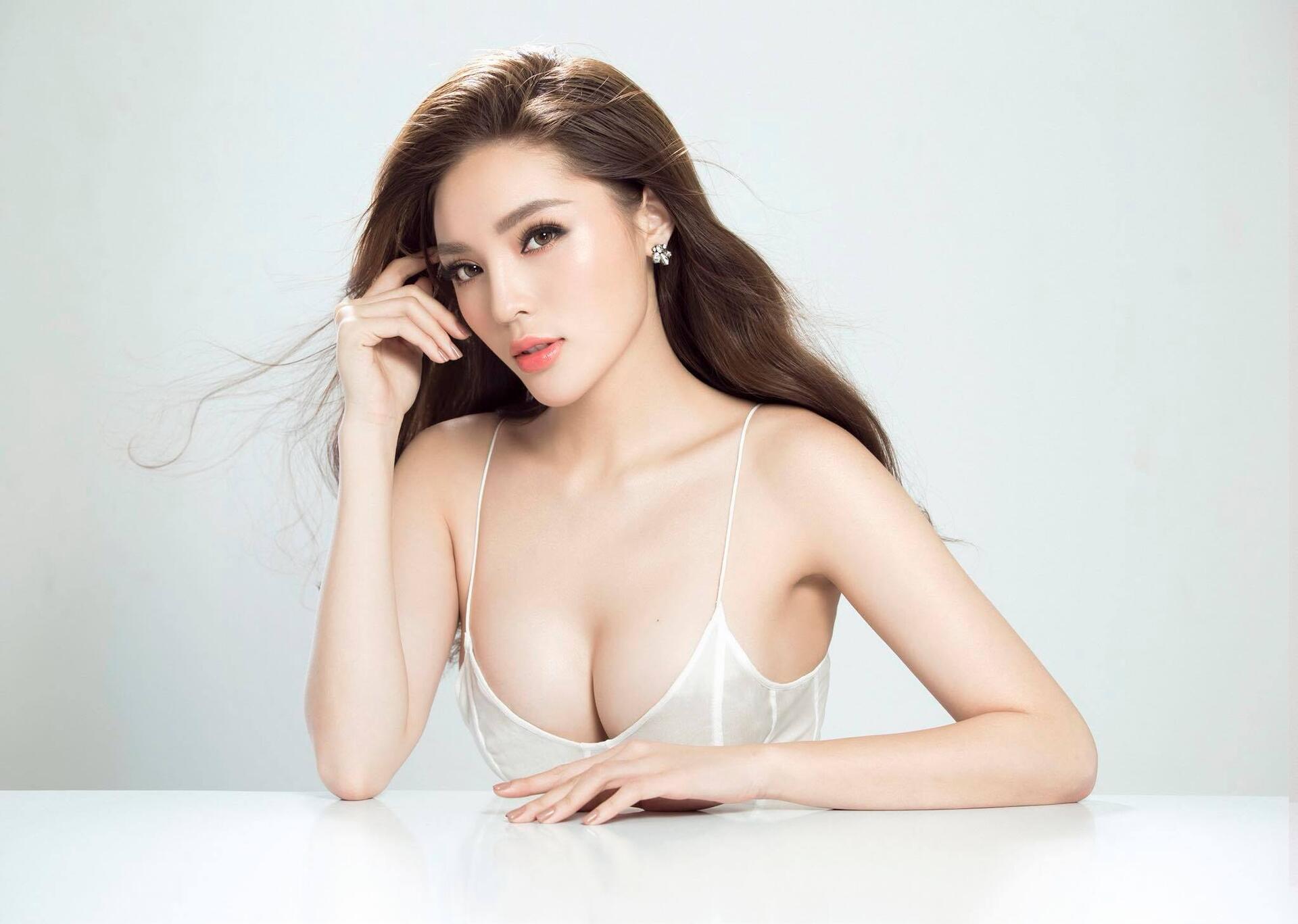 https://cdn.dailyxe.com.vn/image/soc-hoa-hau-ky-duyen-bi-chi-trich-khi-dang-anh-khong-mac-ao-nguc-tren-sieu-xe-8-98889j2.jpg