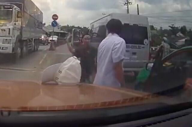 tai-xe-xe-khach-cam-dao-chem-lien-tiep-ve-phia-tai-xe-taxi