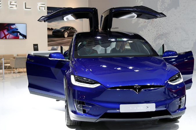 Mẫu Tesla Model X tại triển lãm ôtô Brussels, Bỉ, hôm 9/1. Ảnh: Reuters