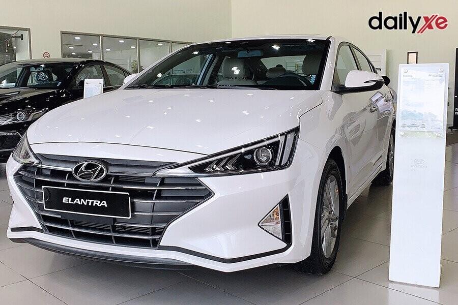 Hyundai Elantra sở hữu ngoại hình cuốn hút, nội thất sang trọng