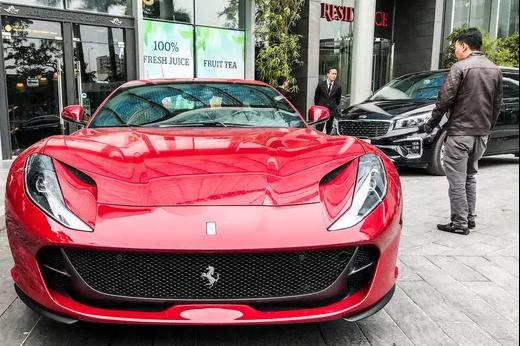 Tiền đóng thuế trước bạ siêu xe Ferrari 812 Superfast đủ mua Mercedes E300 AMG mới cứng tại Việt Nam - Ảnh 1.