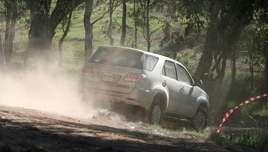 Toyota Fortuner V 2WD 2012 - Từ núi, xuống phố - Hình 16