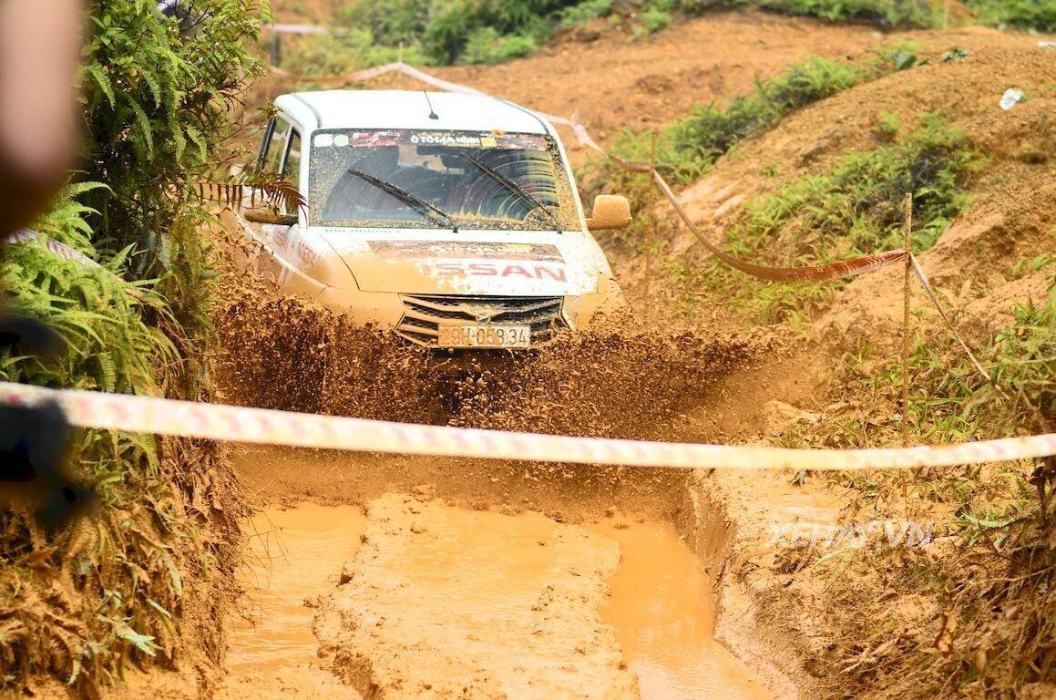 UAZ Pickup trổ tài vượt hố bùn lầy lội tại VOC 2017 - Hình 2