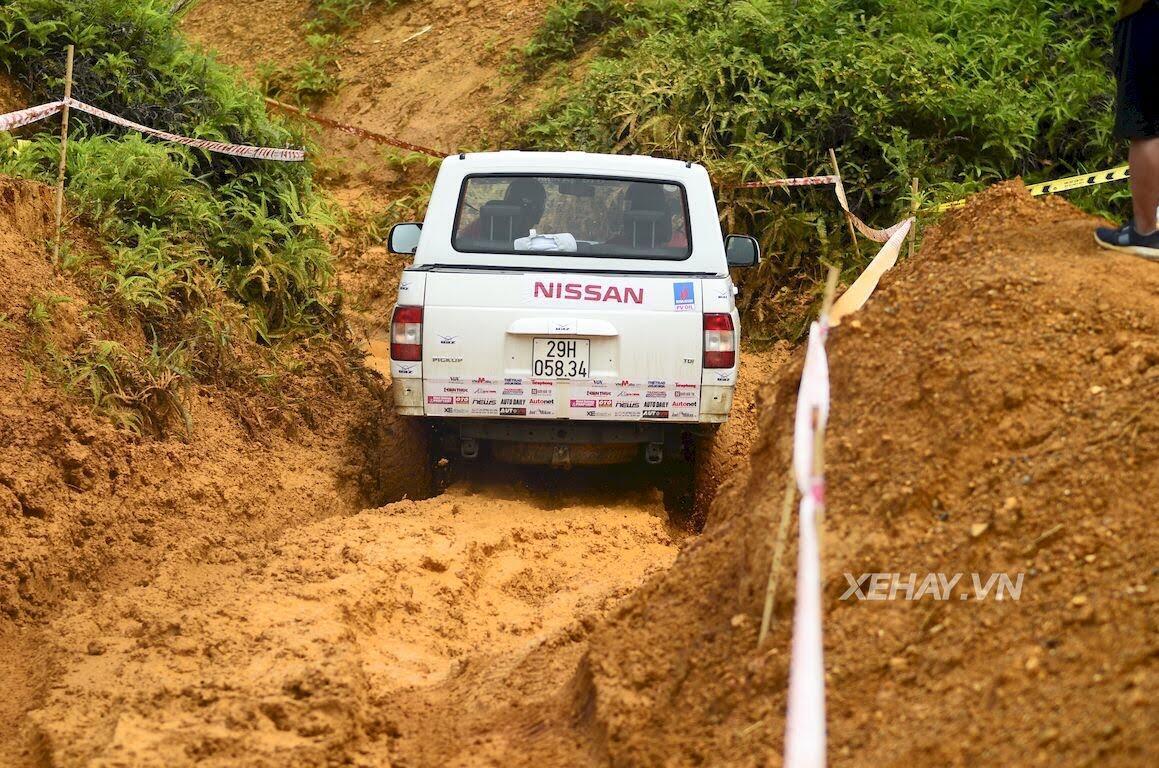 UAZ Pickup trổ tài vượt hố bùn lầy lội tại VOC 2017 - Hình 4