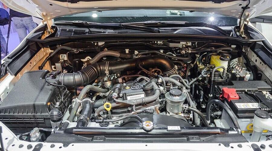 Toyota Fortuner sử dụng động cơ Xăng vận hành êm ái
