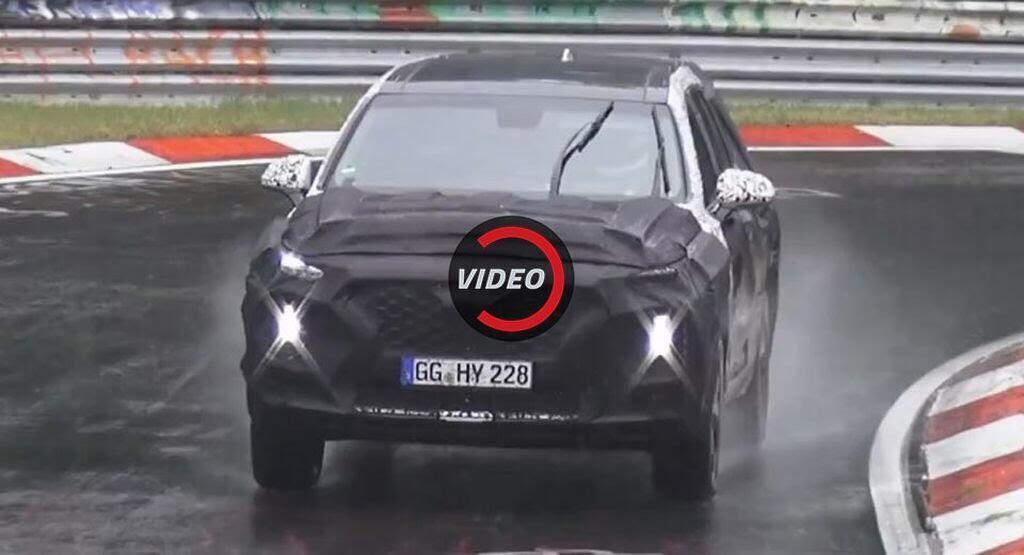 Video Bất chấp gió mưa, Hyundai Santa Fe mới vẫn lao mình trên đường thử Nurburgring - Hình 1