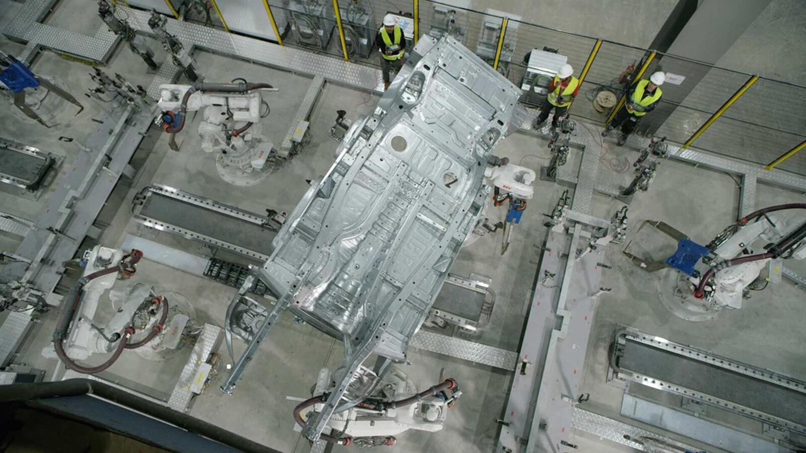 VinFast đã sản xuất thành công thân vỏ của xe SUV Lux SA 2.0 - Hình 3