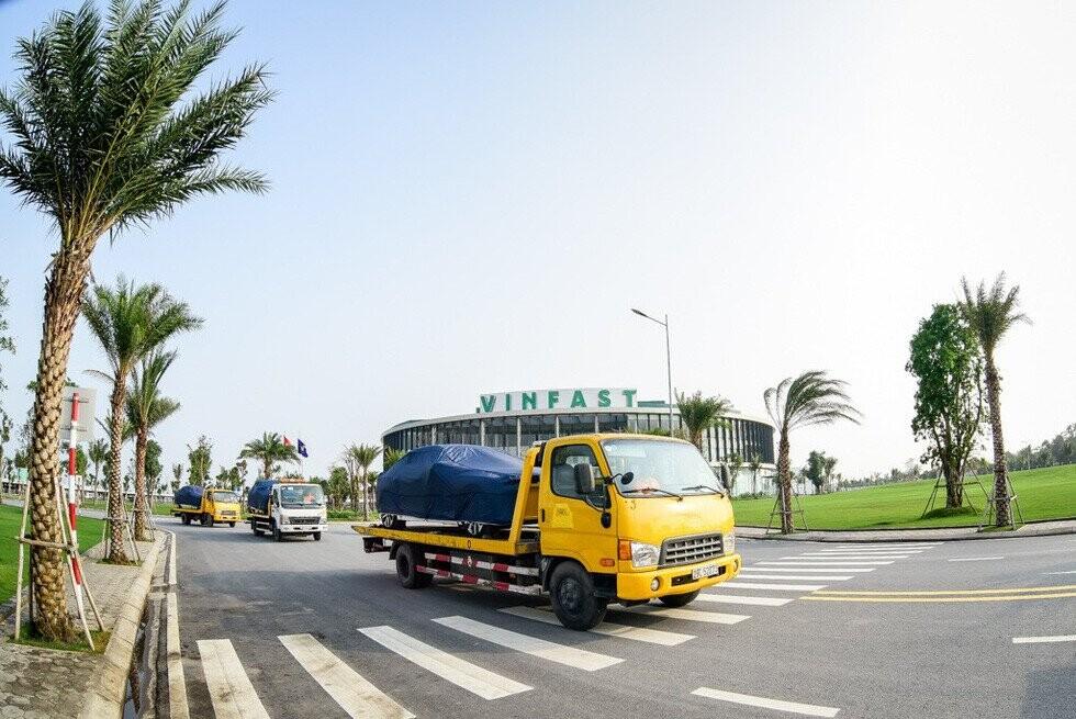 Xe được vận chuyển ra khỏi nhà máy để ra nước ngoài kiểm thừ chất lượng - Ảnh: VF